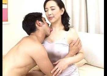 【服部圭子】部屋でエロ本を読んでオナニーする息子とセックス!自信を持たせ五十路の熟肌でチ◯ポを咥え若い肉棒を中出し射精
