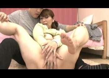 【翔田千里】夫の同僚の息子に勉強を教えるムチエロなおばさん!勉強を教えながら褒美で下着を匂わせ豊乳を見せて乳首を吸わせる