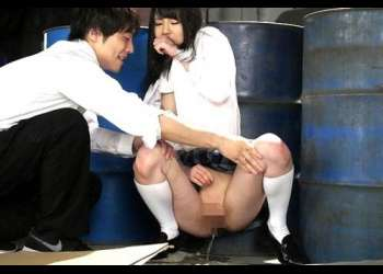 【女子校生】肝試しで友達とはぐれたJK「ヤダっ!おしっこしたくなっちゃった」尿意の限界まで我慢して友達の前で大量お漏らし