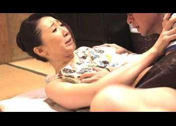 【母子相姦】息子が母親の無防備姿にチ◯コが刺激され迫る瞬間!チラ見えする黒乳首を弄り指を陰部に挿し入れイカせ禁断の挿入