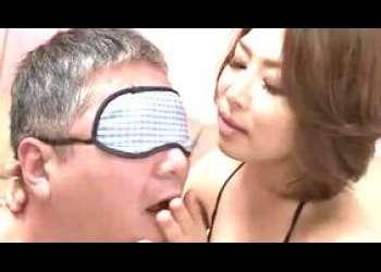 【おしっこ】透けて卑猥な網タイツ美熟女!M親父に目隠しさせて息を吹きかけゾクゾク刺激し唾液を垂らしシゴいて陰部を擦り舐め