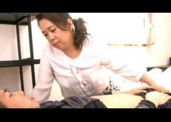 【近親相姦】息子の部屋で偶然見つけたエロ雑誌と母の下着!友人の現役ソープ嬢に手ほどきを受け卑猥な言葉と性技で筆下ろし