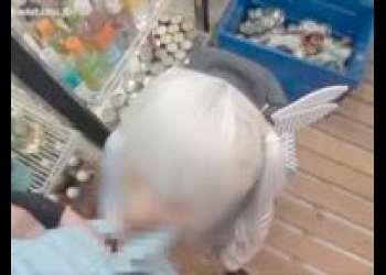 【個人撮影・素人】閲覧注意!ローソンの店内でアルバイトの女の子をいじめる動画。レジの店員さんにローターをおまんこにあてたままお客さんの対応をさせる。