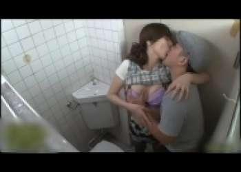 澤村レイコ・スレンダー美人妻が痴漢と公衆トイレでセックス、美熟女ベロキス・フェラチオ立ちバック