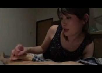 堀内秋美、ミニスカ・ノースリーブの美人お母さんのオナサポ、手コキ乳首責め