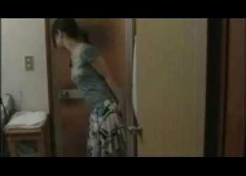 人妻不倫野外SEX、夫が自宅にいるのに玄関裏でハメる淫乱熟女ヘンリー塚本