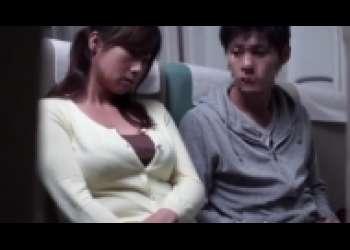 美人妻NTRせんずり鑑賞、巨乳美熟女が飛行機内でフェラチオ立ちバック