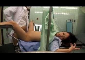 「あぁ…イッ…!!」産婦人科に診察に来た女の子が医師にハメられて中出し