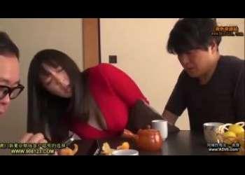 【三島奈津子】巨乳人妻の胸チラに興奮してこたつの中でイタズラしてからNTRセックス!