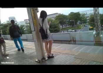 【スカートめくり】カワイイJKが駅のホームにいたのでこっそりとミニスカをたくし上げてパンツ見る!