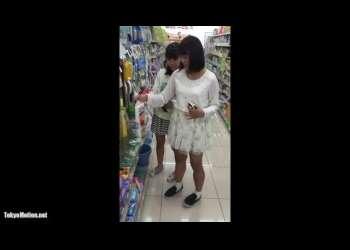 【盗撮】私服姿の美少女たちのミニスカをこっそり逆さ撮りしてパンツを覗き見!