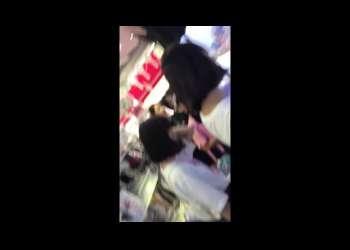 【盗撮】買い物中のJK達のミニスカをこっそり逆さ撮りするとパンチラがしっかりと映っていた!