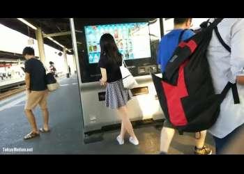 【スカートめくり】駅で見かけたJKや美少女たちのミニスカが気になってこっそりスカートをたくし上げる!