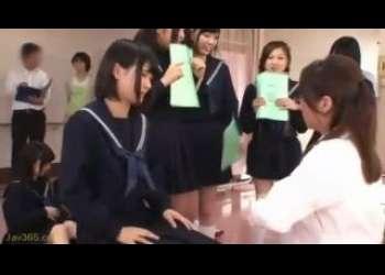 【健康診断】JK集団が診察を受けるために制服からおっぱいポロリして触診される様子を覗き見!
