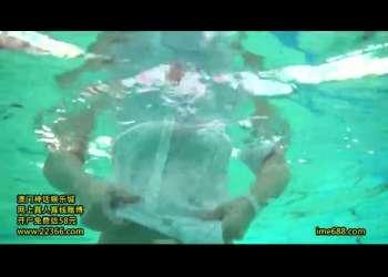 【水泳大会】ビキニ美女たちによるプールでのキャットファイトでポロリ見放題!