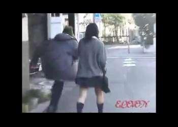 【スカートめくり】歩いていたJKに後ろからこっそり近づいてミニスカめくるイタズラしてから逃走!
