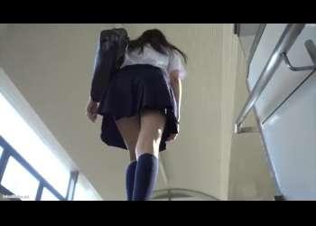 【盗撮】階段を上っていたJKをこっそり逆さ撮りしてミニスカの中のパンチラを覗き見するとバレる!