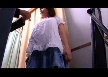 【着替え】試着室で制服に着替えるJKは隠れ巨乳でその身体を隅々まで調べられる!