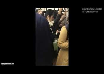 【スカートめくり】電車で見かけたJKのミニスカをこっそりたくし上げてパンチラを覗き見ちゃう!