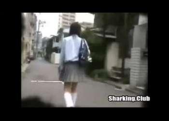 【スカートめくり】街を歩いていたJKの背後から近づいてミニスカめくってパンチラを盗撮!
