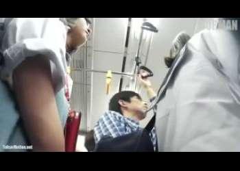 【盗撮】電車に乗っていたJKに近づいてこっそり逆さ撮りでミニスカから見えるパンチラ隠し撮り!