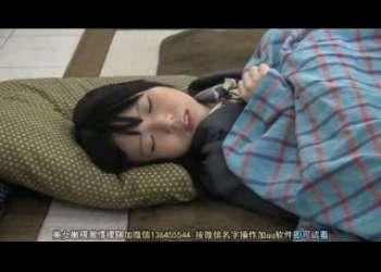 【痴漢】こたつで眠るJKの妹の下半身は兄によってイタズラされてあそこをぐっちょり手マンで濡らす!