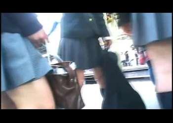 【盗撮】駅のホームにいたJK達を電車内でこっそり逆さ撮りしてミニスカから見えるパンチラ覗き見!