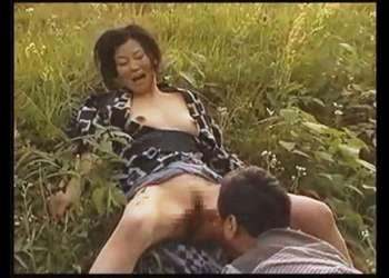 【ヘンリー塚本】本当に猥褻な昔の日本の農家!好き者妻が畑の帰りに青姦して気持ちが良すぎます!