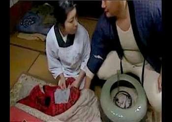 【ヘンリー塚本】割烹着が似合う昭和の奥さま!ドスケベな絶倫親父が来たので娘を外に出してセックスします。