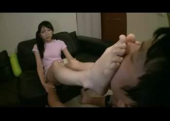 武内莉奈 痴女の生足で顔面踏み付け!饐えた足の匂い嗅がされ、電気アンマで勃起したチンポを踏みにじられる!