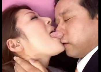 【細川まり】長身痴女が変態男の顔舐め鼻舐め!唾液に口臭、体臭嗅ぎまくるフェチ動画!