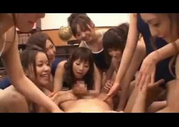 覗き魔校長を取り囲んでチンポにお仕置するスク水集団!素っ裸にひん剥いて、何人ものJKの手でおチンポいじめ!【CFNM】