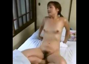 [夏海エリカ×保坂順]ミシン職人の義理の弟の部屋を訪ねた姉が裸になって誘惑SEX an02