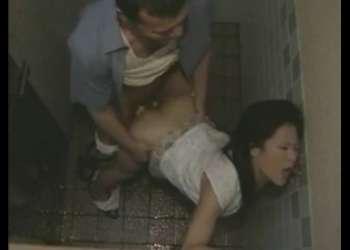 【ヘンリー塚本・北原夏美】我慢できずに公衆トイレでヤリまくる熟女のスワッピングセックス
