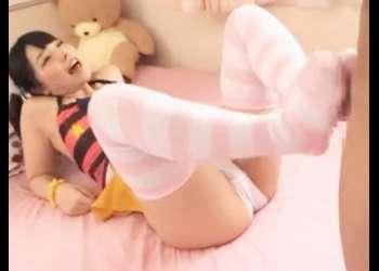 【上原亜衣は小悪魔だった♥】うつ伏せで雑誌を見てるニーハイ妹の足にチ〇ポを挟んだらパンティーを見せつけ足コキされた!