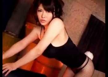 【沖田杏梨をイジメたい♥】大きなおっぱいを揺らすエロいバニーガールになった美女の背後から爆乳を鷲掴みにした!