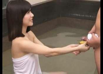【モニタリング♥】混浴風呂で欲求不満な美人妻が肉食学生のフル勃起したチ〇ポをガン見して。。。