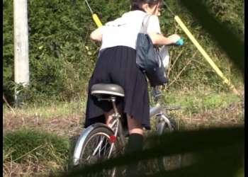 家まで我慢できない!自転車のサドルに媚薬を塗られたJK、通学路でオナニーを始めてしまうwwwwww