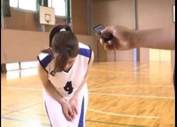 負けたら即AVデビュー!本物のバスケ選手が遠隔バイブ着けたまま素人男子たちとガチンコバスケ対決!