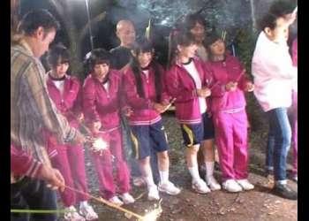林間学校でキャンプファイヤーに媚薬を投入!蒸気を吸った女子中学生が次々とパンツを脱ぎだして…