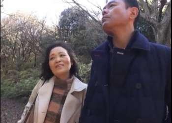 【素人】『スワッピング体験してみませんか?』観光地で別々に声をかけた中年夫婦2組が初めての夫婦交換!