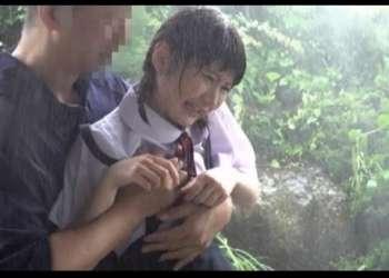 【青姦レイプ】隣で雨宿りしてる田舎JCの下着がスケスケで勃起が止まらず…
