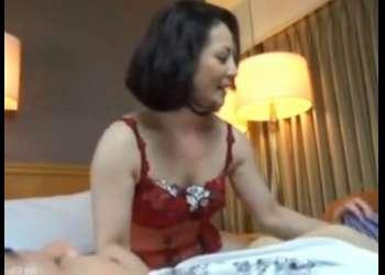 熟女/ナンパされた色っぽい熟女がホテルの一室で青年性に体を弄られ電マで快楽され淫らに喘ぐ