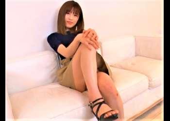 【パンチラ挑発】ミニスカスレンダー美脚のお姉さんがこちらに向かって囁きながらパンチラを見せつけてくる。