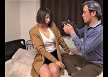 巨乳妻が夫の趣味で夫婦の営みを撮影していたのだが、そのカメラは義父の物で映像がバレて義父に寝取られる【水城奈緒】