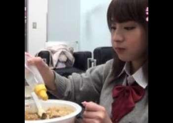 【桃乃木かな】女子高生のコスプレをしたかなちゃんが、重さ1.5㎏のカレーに挑戦した結果