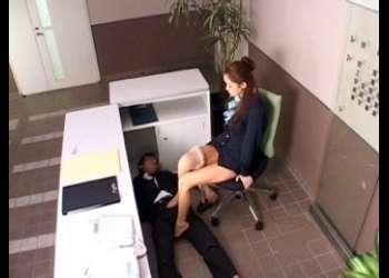 机の下で静かに行われる足コキはセックスよりも気持ちいい?!綺麗すぎて彼氏が出来ないパンスト脚線美女に足をからませたら…❤️